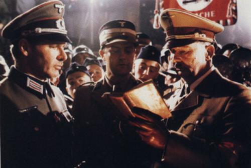 hitler-firma-libro-Indiana-Jones-Ultima-Cruzada-quema-Berlin